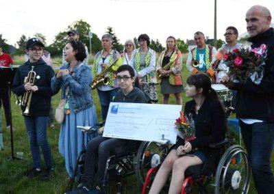 13 - Remise d'un chèque de 3000 € reversé à l'association des Ailes pour Jules et Louise